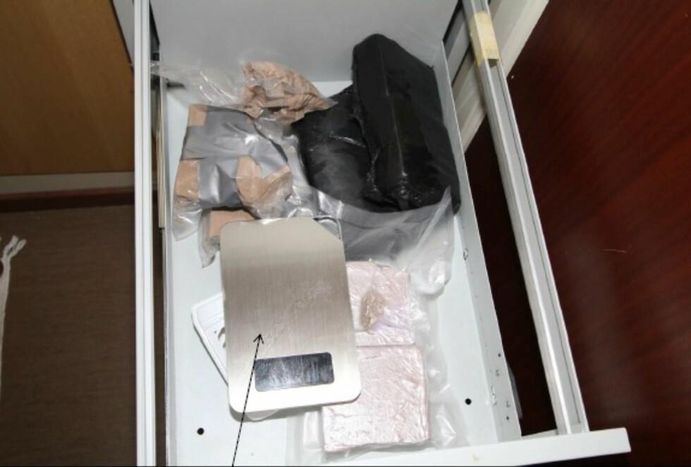 KJØKKENET: Politiet fant både narkotika og pakkeutstyr i kjøkkenskuffen. Foto: Politiet