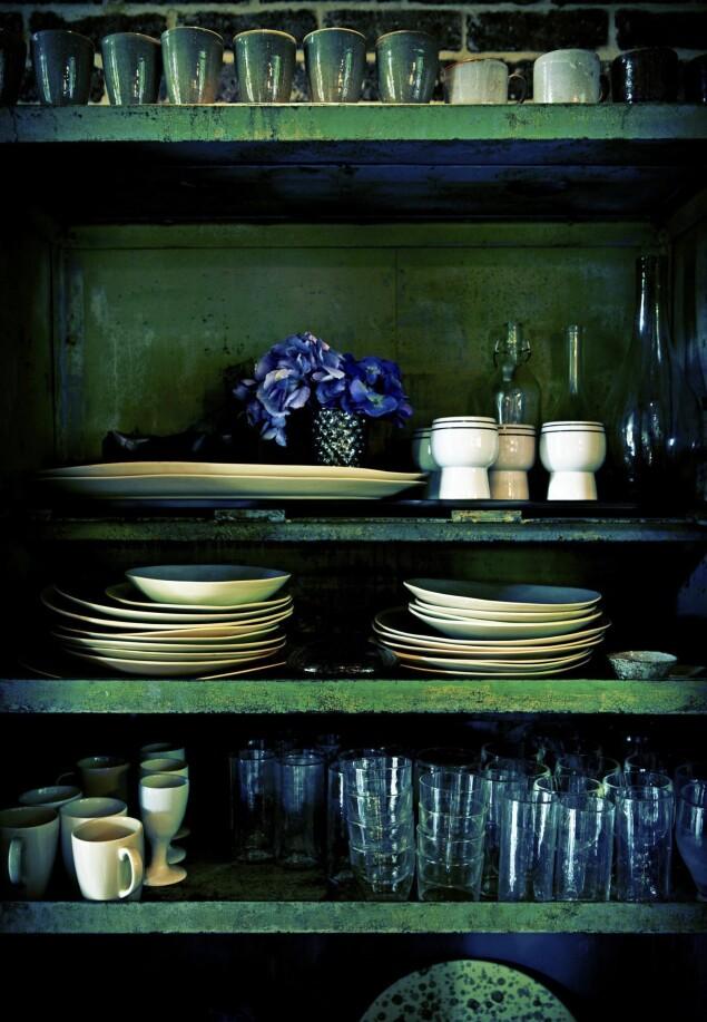 Detalj fra Abigail Aherns kjøkken. Så levende og lekkert! Grønt er vakkert både som bakgrunn og statementfarge. Legg merke til hvordan selv elementene i forgrunnen blir intense og interessante.