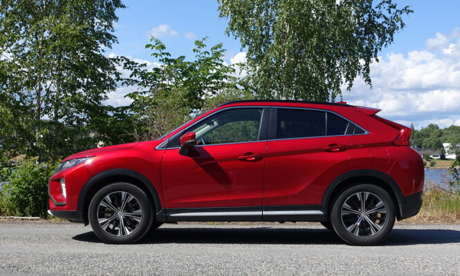 <strong>SATSER FRISKT:</strong> Med oppfrisket design satser Mitsubishi på å slå gjennom i det svært ettertraktede kompaktsuv-segmentet med denne ferske crossoveren som størrelsesmessig plasserer seg mellom den aldrende ASX og den bestselgende Outlander. Foto: Knut Moberg