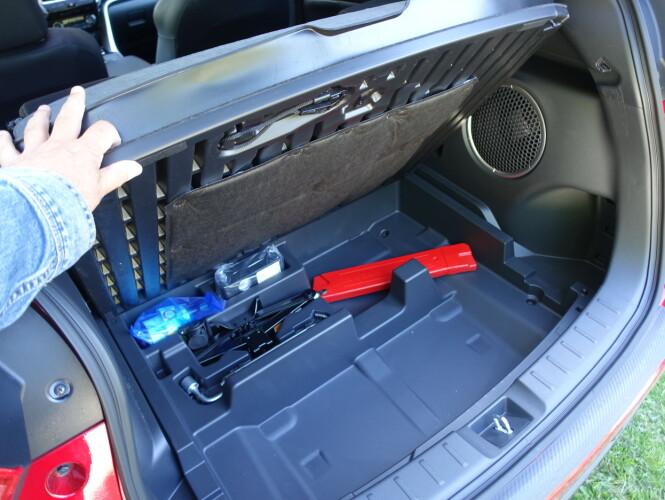 ...DET LILLE EKSTRA: Rydderommet underst i bagasjerommet kan vise seg praktisk. Foto: Knut Moberg