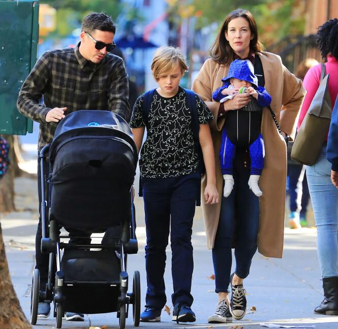 FIN FAMILIE: Liv Tyler med forloveden David Gardner og barna Milo (midten), Sailor Gene (i bæresele) og Lula Rose (i vognen) i New York i 2015. FOTO: NTB Scanpix