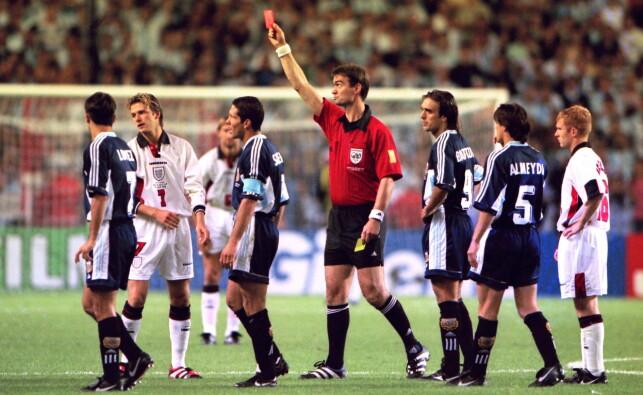 RØDT KORT: Davi Beckham får det røge kortet av dommer Kim Milton Nielsen for sparket mot Diego Simeone. Foto: Darren Walsh/NTB Scanpix