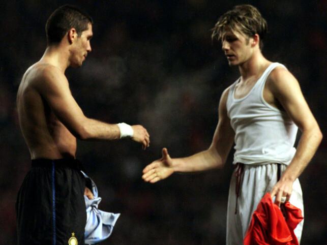 LA DET BAK SEG: Diego Simeone og David Beckham byttet drakt etter kampen. Foto: Paul Bates/Reuters/NTB Scanpix