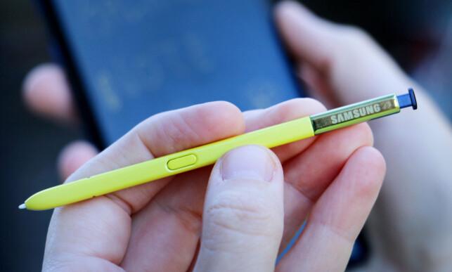 GUL PENN: Den blå utgaven av Note 9 kommer med en gul penn. Knappen kan brukes til ulike ting; hvis du noterer, kan du trykke på knappen for å viske ut. Åpner du Kamera-appen, kan du trykke på knappen for å ta bilde. Foto: Ole Petter Baugerød Stokke