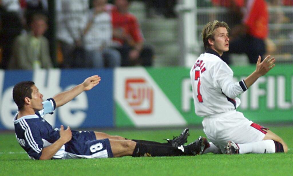 ØYEBLIKKET: David Beckham har nettopp langet ut beinet mot Diego Simeone, som falt i bakken. Sekunder etterpå startet marerittet for superstjernen. Foto: Gerald Cerles/EPA/AFP/NTB Scanpix