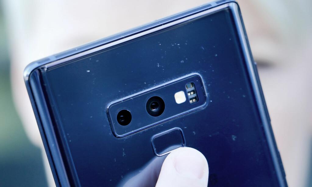 NY PLASSERING: I år er fingersensoren flyttet under kameraet på baksiden. I fjor var den på siden, og da opplevde mange at de tok på feil sensor for å låse opp mobilen. Foto: Ole Petter Baugerød Stokke