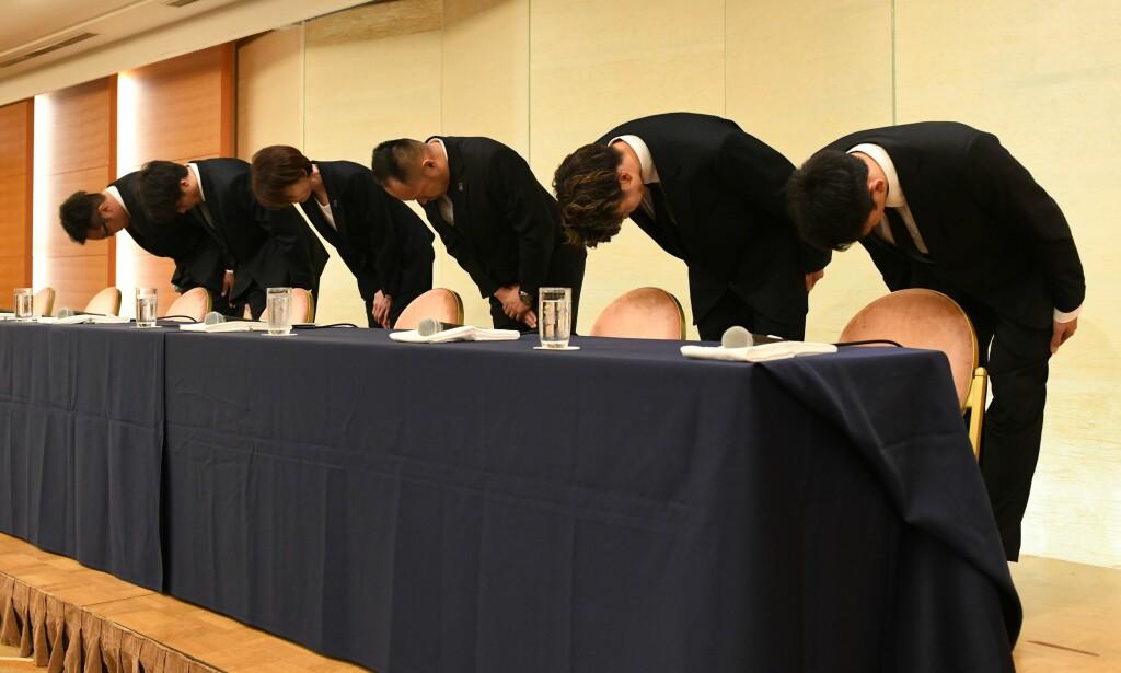 BEKLAGET: Yuya Nagayoshi (spiller), Takuya Hashimoto (spiller), Yuko Mitsuya (basketballsjef) Tomoya Higashino (leder), Takuma Sato (spiller) og Keita Imamura (spiller) bukker og beklager etter å ha ført japansk idrett i vanry. Foto: Kazuhiro NOGI / AFP