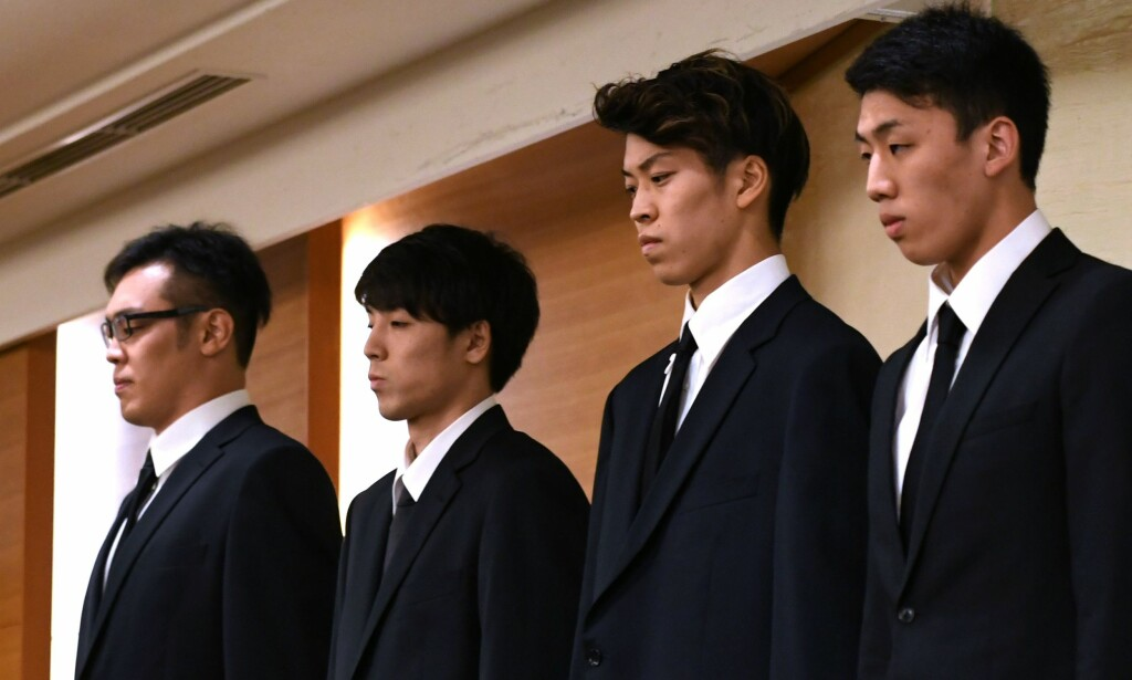 ANGRER: Spillerne Yuya Nagayoshi, Takuya Hashimoto, Takuma Sato og Keita Imamura forteller på en pressekonferanse at de angrer på den fuktige byturen. Foto: Kazuhiro NOGI / AFP