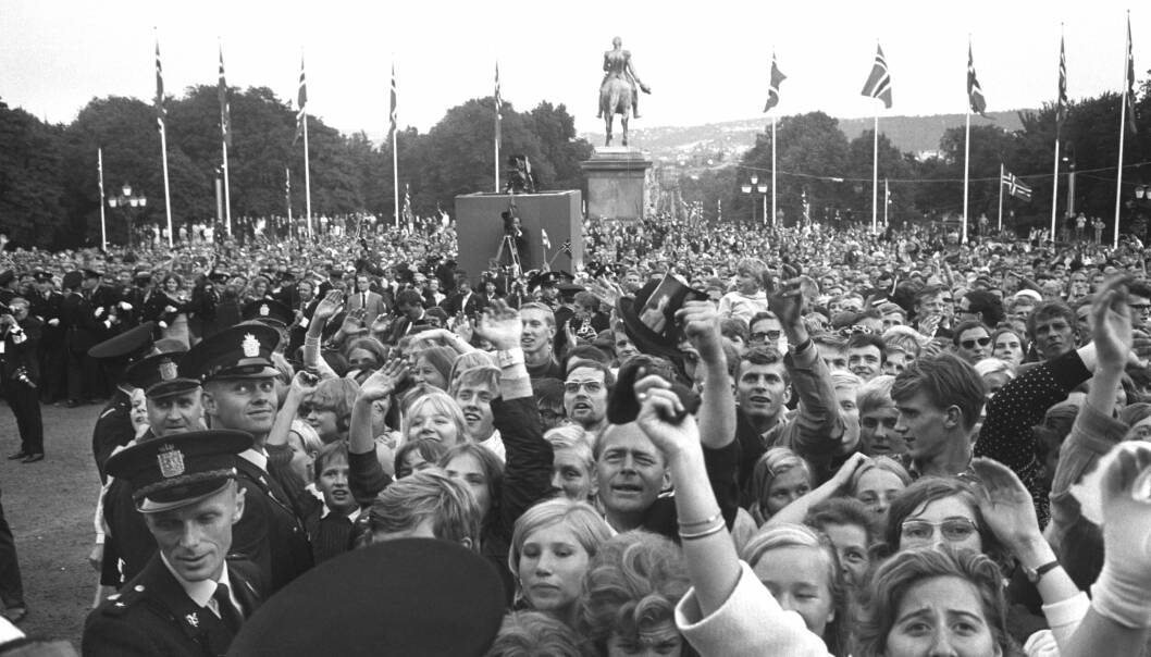 ELLEVILL JUBEL: Tusenvis hadde møtt frem for å hylle brudeparet. Dette bildet er tatt utenfor Slottet, mens brudeparet vinker til folket. FOTO: NTB Scanpix