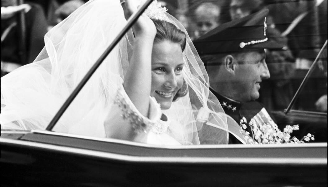 ÅPEN BIL: Til tross for at kjøreturen bare tar noen minutter, ble det satt at god tid slik at det nygifte paret fikk tatt imot hyllesten fra folket. De kjørte åpen bil fra Oslo Domkirke til Slottet. FOTO: NTB Scanpix