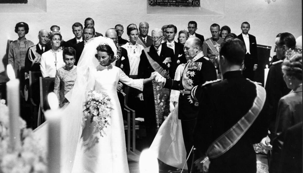 FØRT TL ALTERS: Kong Olav hadde fått det ærefulle oppdraget med å føre Sonja til alteret. Her ventet kronprins Harald og hans forlover grev Flemming av Rosenborg. FOTO: NTB Scanpix