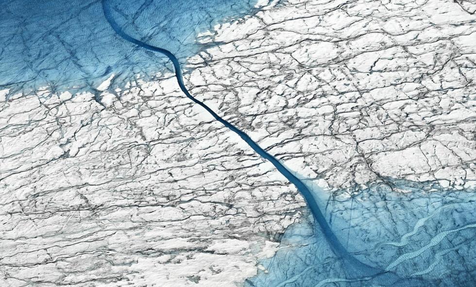 SKREMT: Nye funn i Arktis skremmer klimaforskere. Dette bildet er tatt i forbindelse med en plutselig smeltehendelse tidligere i år. Foto: University of Cambridge / Timo Lieber / Swns.com