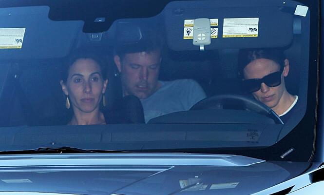 STØTTER EKSEN: Jennifer Garner (t.h) så opprørt ut da hun kjørte eksmannen til et behandlingssenter. Ifølge kilder skal han behandles for alkoholisme for tredje gang. Foto: NTB Scanpix
