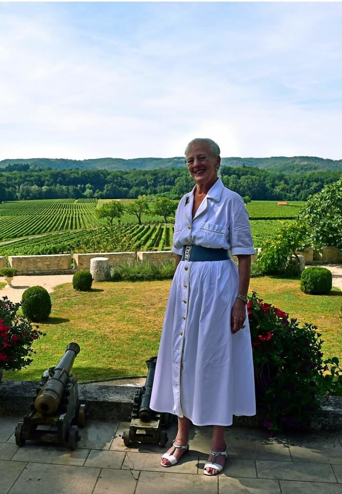 VINSLOTT: Her er dronning Margrethe fotografert i hagen på den franske eiendommen under pressemøtet forrige uke. Foto: NTB Scanpix