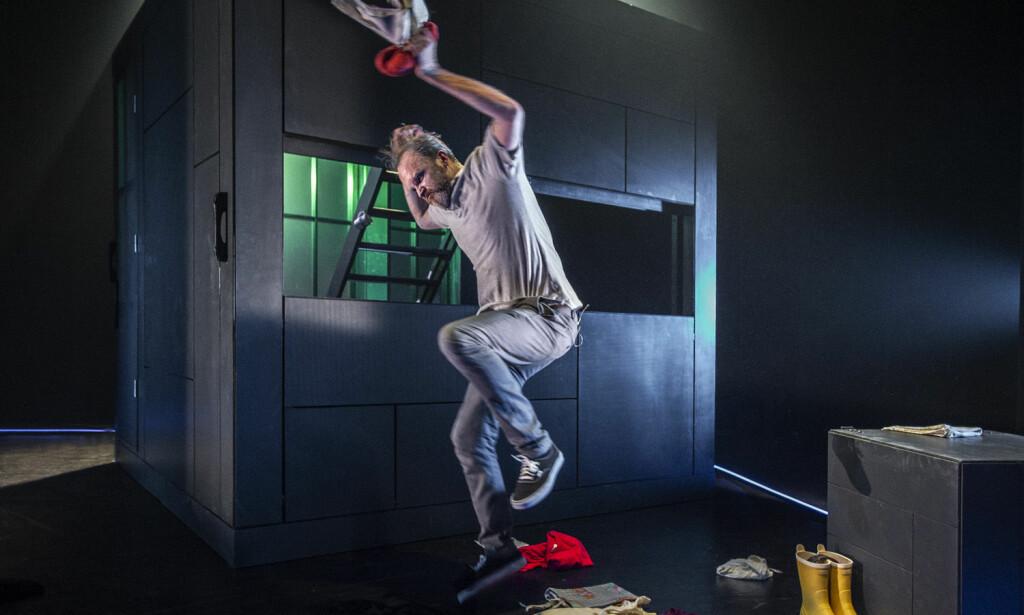 2 X 4: Fire skuespillere gir alle kropp til Daniel, og alle kropp til Olaug. Her er Jon Bleiklie Devik som Daniel. Foto: Erik Berg, Riksteatret