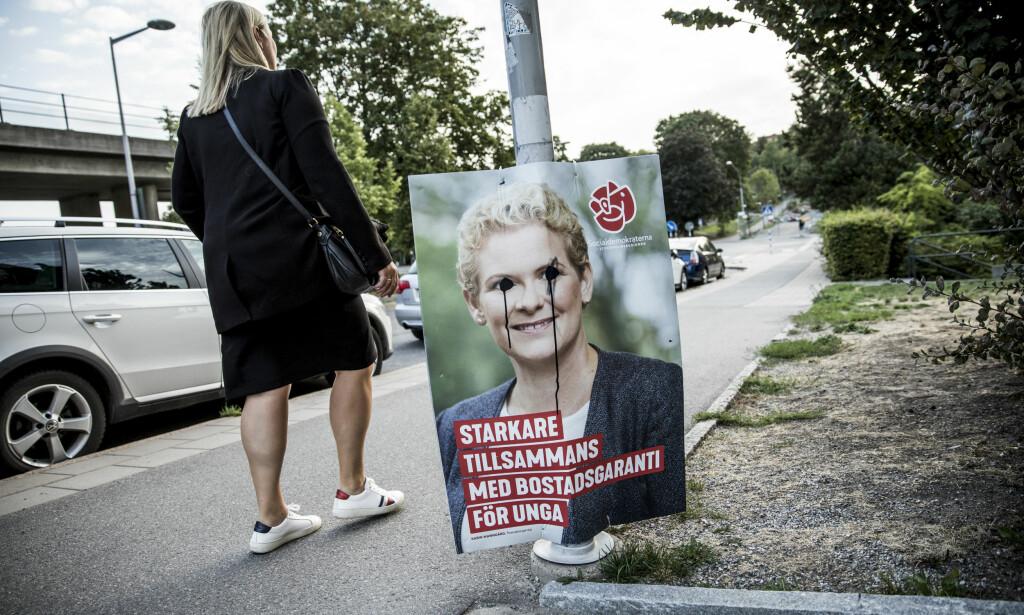 MOTVIND: Denne valgplakaten fra Socialdemokraterna, som så mange andre, er blitt tuklet med. Kjersti Stenseng sier at det svenske arbeiderpartiet har fått tips fra Norge for å lykkes få sine vinnersaker gjennom til velgerne.