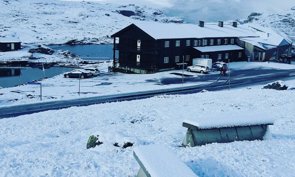SNØ: I natt har det snødd ved Sognefjellshytta i Oppland. Statsmeteorolog Bente Wahl forteller at det er helt normalt i slutten av august. Foto: Råmund Mundhjeld