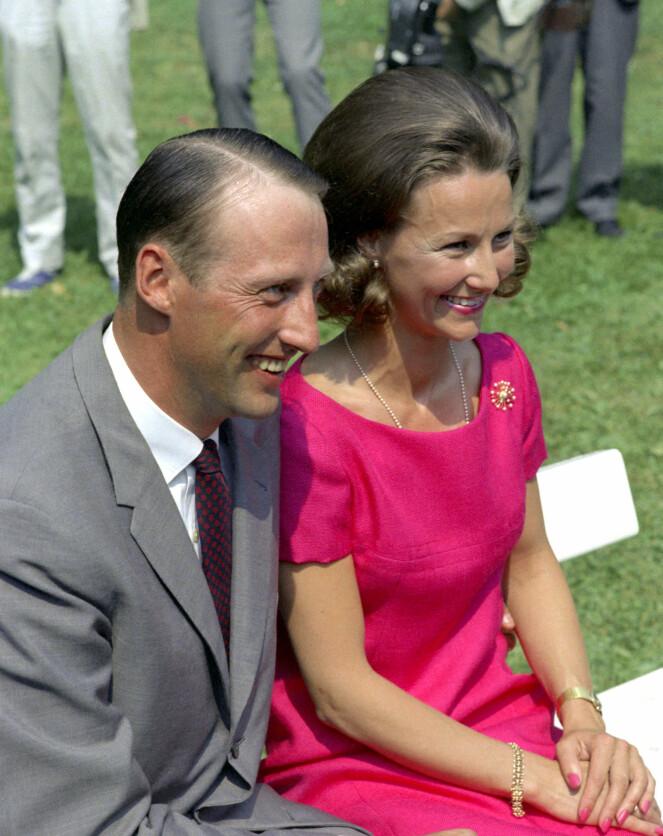 FORELSKET: Kong Harald, den gang kronprins Harald, hadde bare øyne for Sonja Haraldsen. Foto: NTB Scanpix