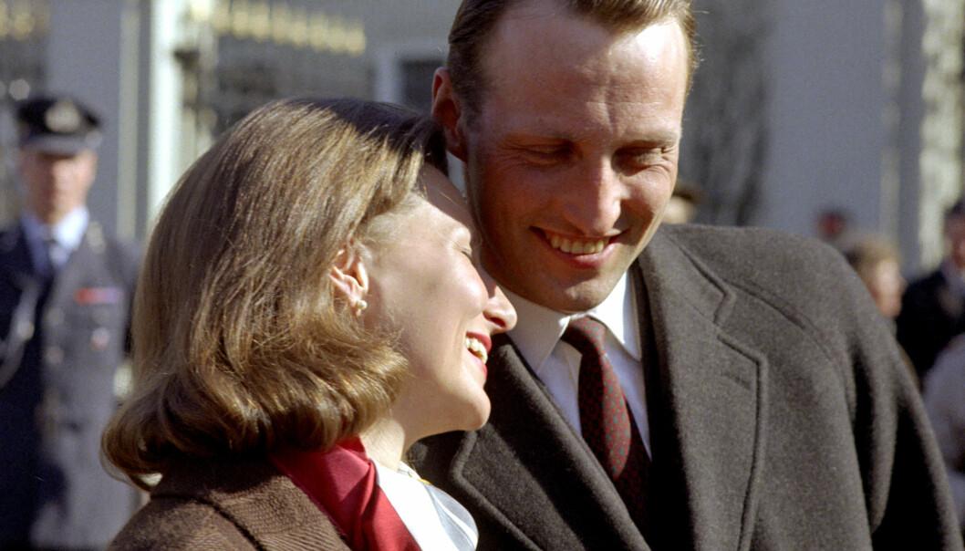 FIKK HVERANDRE: Harald og Sonja sammen på Slottsplassen i 1968. Foto: NTB Scanpix