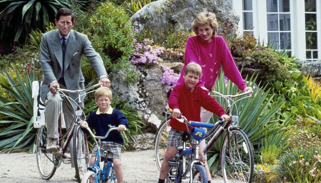 <strong>BLE SKILT:</strong> Prins Charles og Diana ble offisielt skilt i 1996, året før Diana omkom i bilulykken i Paris. Her er de avbildet påsykkeltur i 1989, sammen med prins Harry og prins William. Foto: AP, NTB scanpix