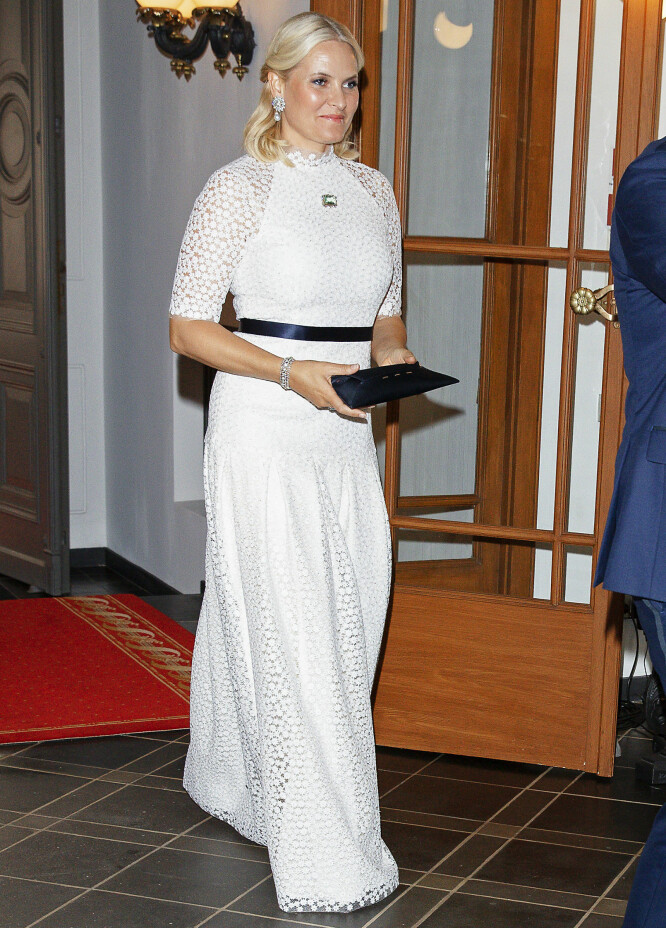 VAKKER I HVITT: Mette-Marit oste av eleganse under et besøk hos presidentparet i Riga i april. Den hvite, fotside kjolen er designet av Marte Krogh. Foto: Andreas Fadum