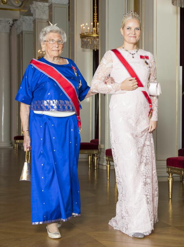 BLONDER: Under en stortingsmiddag i fjor var kronprinsessen også kledd i Koma by Marte. Her med prinsesse Astrid.Foto: Heiko Junge / NTB scanpix