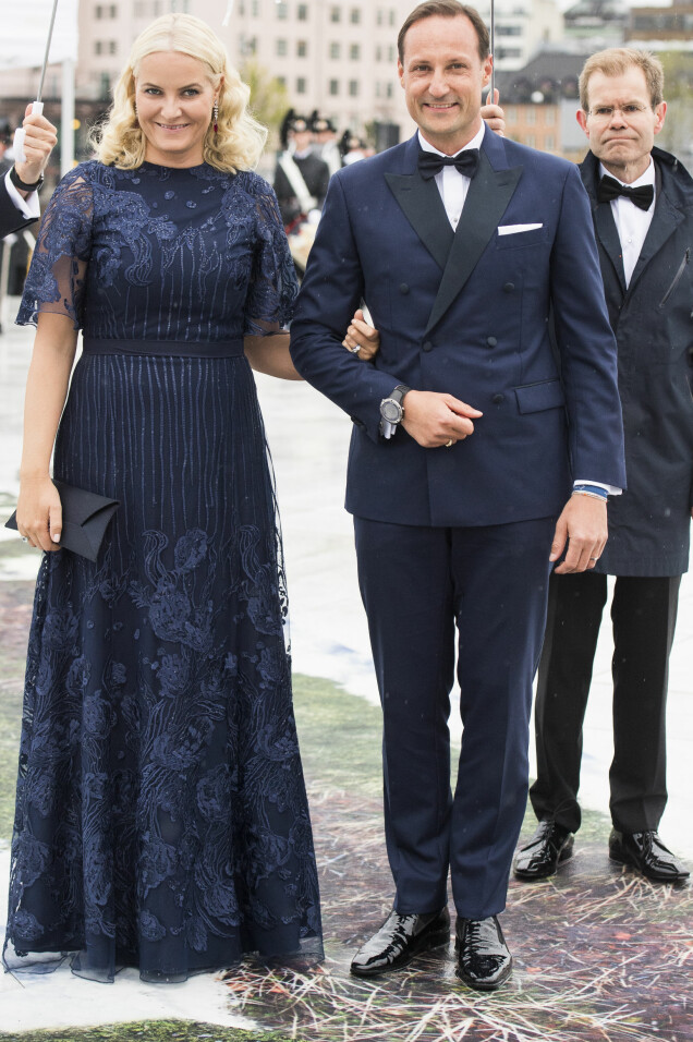 PENT PAR: Da Mette-Marit i fjor ankom festmiddagen i anledning kongeparets 80-årsfeiring, var hun et skjønt skue i en fotsid, mørkeblå kjole designet av Marte Krogh. Foto: Jon Olav Nesvold / NTB scanpix