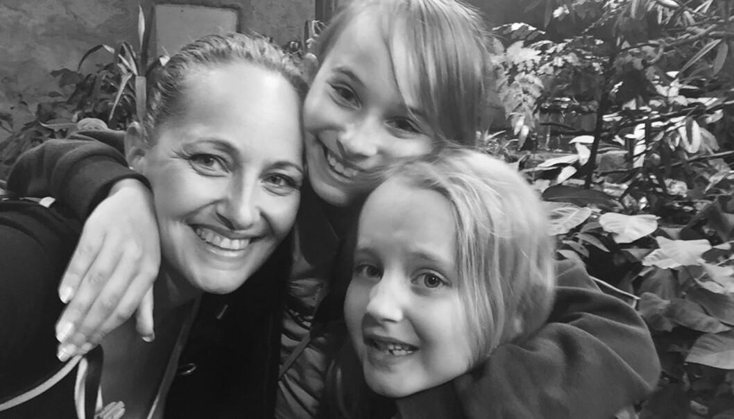 Å MISTE ET BARN: – Jentene vet at de har en bror som døde da han var liten, og de snakker ofte om ham, sier Cecilie Bye om døtrene Andrea (11) og Filippa (9). FOTO: Privat
