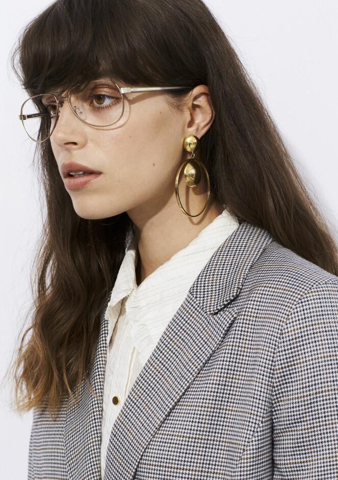 Blazer (kr 1100, Culture), skjorte (kr 2500, Stella Nova), briller (kr 2040, Monkeyglasses) og øredobber (kr 4800, Katrine Nexø).
