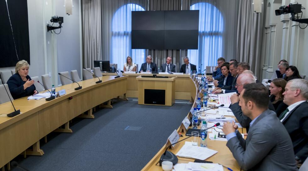 HØRING: Statsminister Erna Solberg (H) beklaget at Stortinget ikke tidligere har fått et bedre helhetsbilde av status for terrorsikringen under den åpen høring i Stortingets kontroll- og konstitusjonskomité mandag. Foto: Heiko Junge / NTB Scanpix