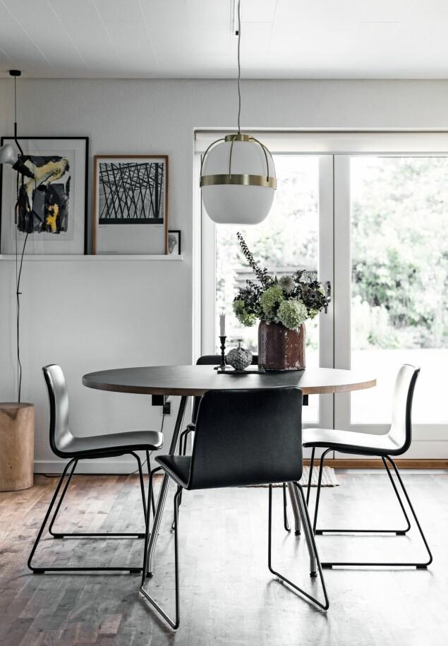 Spisebord av Bent Hansen, stoler fra Hay og pendel fra Ilva. FOTO: Benjamin Lee Rønning Lassen