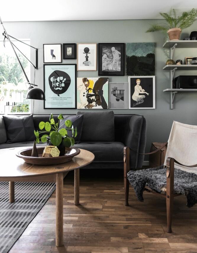 Tenk alternative løsninger hvis du har vanskelig for å finne et møbel som passer til ditt behov. Her var det store sofabordet opprinnelig et spisebord, som Paw og Louise har kappet beina av. Bord i tre fra FDB Møbler og sofa fra Ilva. FOTO: Benjamin Lee Rønning Lassen