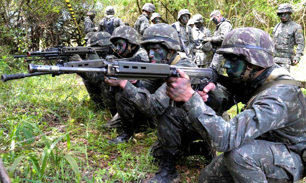 BORTE: Det var rifler av denne typen, FN FAL-rifler, som har skapt skandale i Paraguay. Her i hendene på det brasilianske militæret. Foto: Jorge Cardoso / Wikimedia Commons