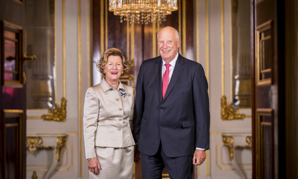 FEIRER GULLBRYLLUP: Onsdag 29. august kan dronning Sonja og kong Harald feire 50 år som ektepar. Det markeres i Oslo domkirke og på Slottet. Her er kongeparet avbildet på selve gullbryllupsdagen, i forkant av festgudstjenesten i domkirken. Foto: Heiko Junge / NTB scanpix