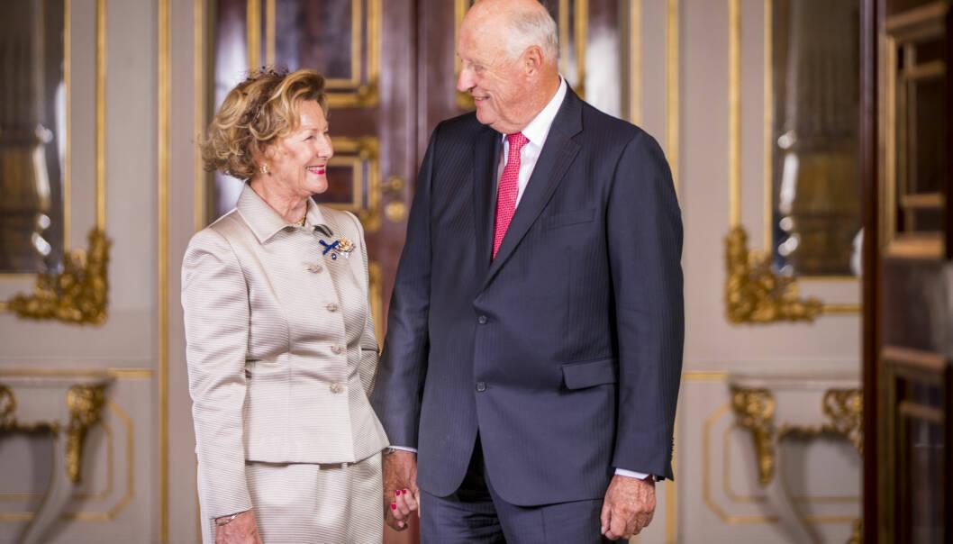 LIKE FORELSKET: 50 år etter at de ga hverandre sine ja i Domkirken i Oslo er kongeparet like forelsket. Dette bildet ble tatt på gullbryllupsdagen 29. august 2018. Vi smelter! FOTO: Heiko Junge / NTB scanpix