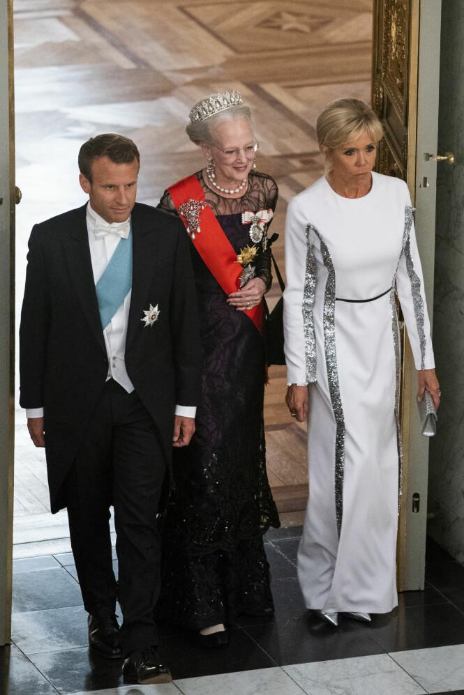 PÅ BESØK: Tirsdag ble Emmanuel Macron og kona Birgitte (65) invitert til en såkalt gallataffel på Amalienborg. Her sammen med dronning Margrethe. Foto: NTB Scanpix
