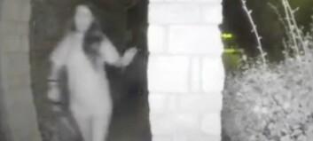 Opptaket viser en halvnaken kvinne i håndjern. Politiet aner ikke hvem hun er