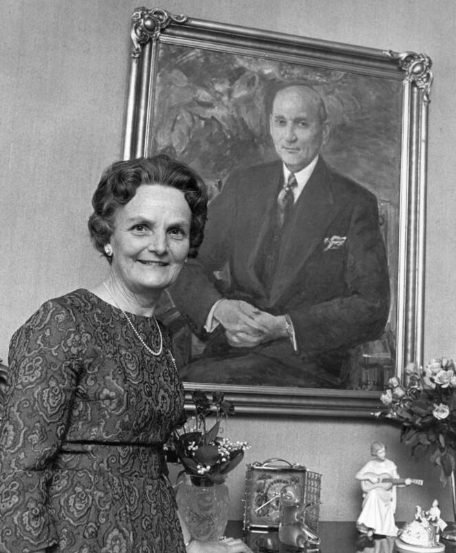 <strong>STORE SORGER:</strong> Dagny Haraldsen poserer foran et portrett av ektemannen Karl August. Paret fikk fire barn, og dronning Sonja er i dag det eneste gjenlevende. De mistet blant annet sin sju år gamle sønn i 1936, til stor sorg. Foto: NTB scanpix