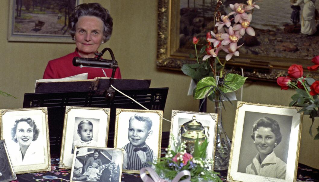 <strong>FAMILIE I SENTRUM:</strong> Dagny Haraldsen, her fotografert i sitt hjem i 1968, verdsatte familie. Her har hun flere bilder av familien, med både barn og barnebarn. Til venstre ser vi et portrett av datteren Gry, mens dronning Sonja er avbildet helt til høyre. Foto: NTB scanpix