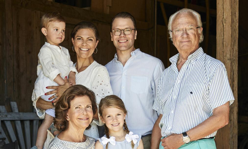 IMPONERER: Kong Carl Gustafs bukser på familiebildet imponerer fansen. Foto: Anna Lena Ahlstrom/ Kungahuset.se