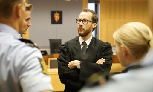 I RETTEN: Politiadvokat Christoffer Wiborg Seyfarth sammen med flere av politifolkene som holder vakt gjennom rettsaken. Foto: Øistein Norum Monsen/Dagbladet.