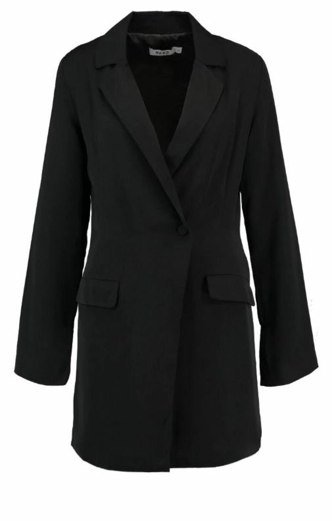 <strong>NA-KD  539,-  https:</strong>//www.zalando.no/na-kd-blazer-dress-dressjakke-black-naa21c021-q11.html