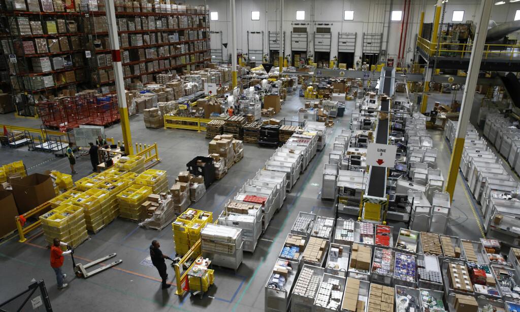 DÅRLIG BETALT: Arbeidsfolk på et Amazon-lager i Baltimore, USA, finner varer som skal ut til kunder. Foto: AP /Patrick Semansky