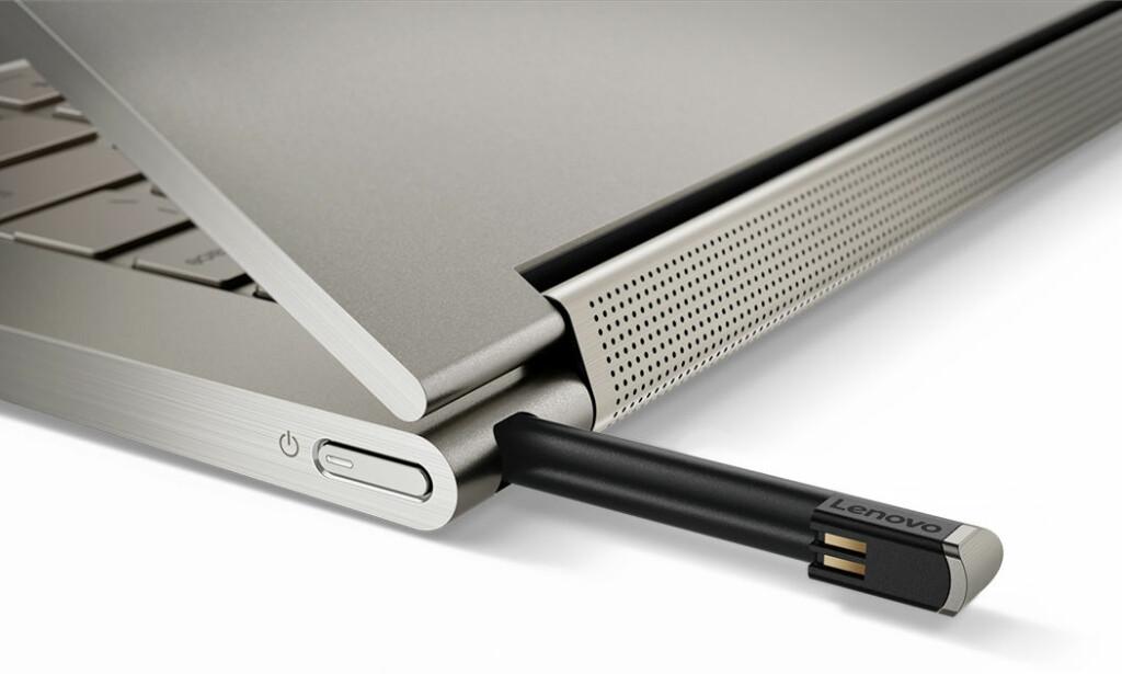 ROM TIL PENNEN: Yoga C930 selges med penn, som kan gjemmes i et eget hulrom når den ikke er i bruk. Foto: Lenovo