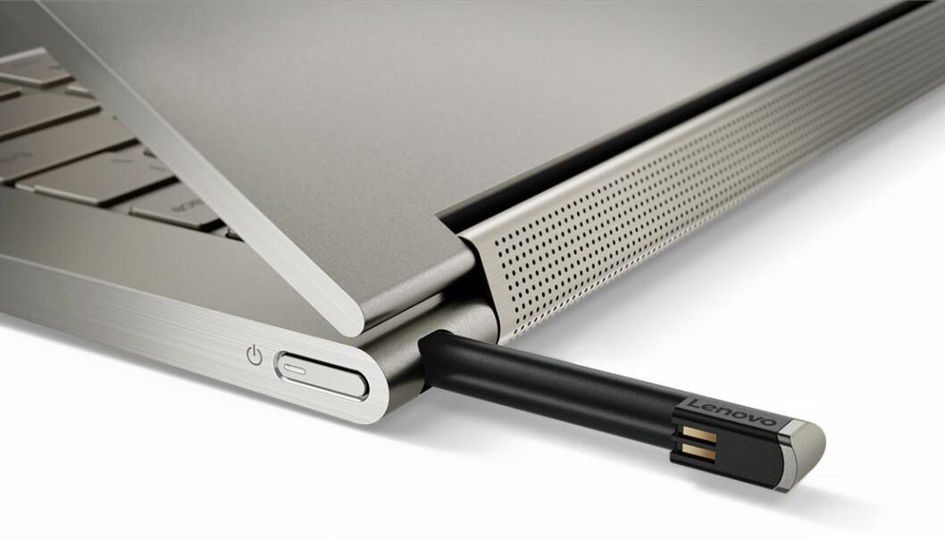 <strong>ROM TIL PENNEN:</strong> Yoga C930 selges med penn, som kan gjemmes i et eget hulrom når den ikke er i bruk. Foto: Lenovo