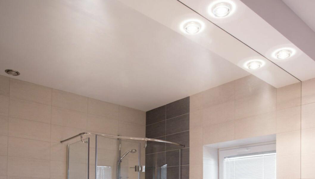 <strong>PÅ BADET:</strong> Du vil fortsatt kunne få kjøpt halogenpærer til badet ditt, dersom du har lavspenningsanlegg. Har du 220 volt, vil du måtte bytte til LED når pærene går. Heldigvis er dette enkelt. Foto: NTB Scanpix