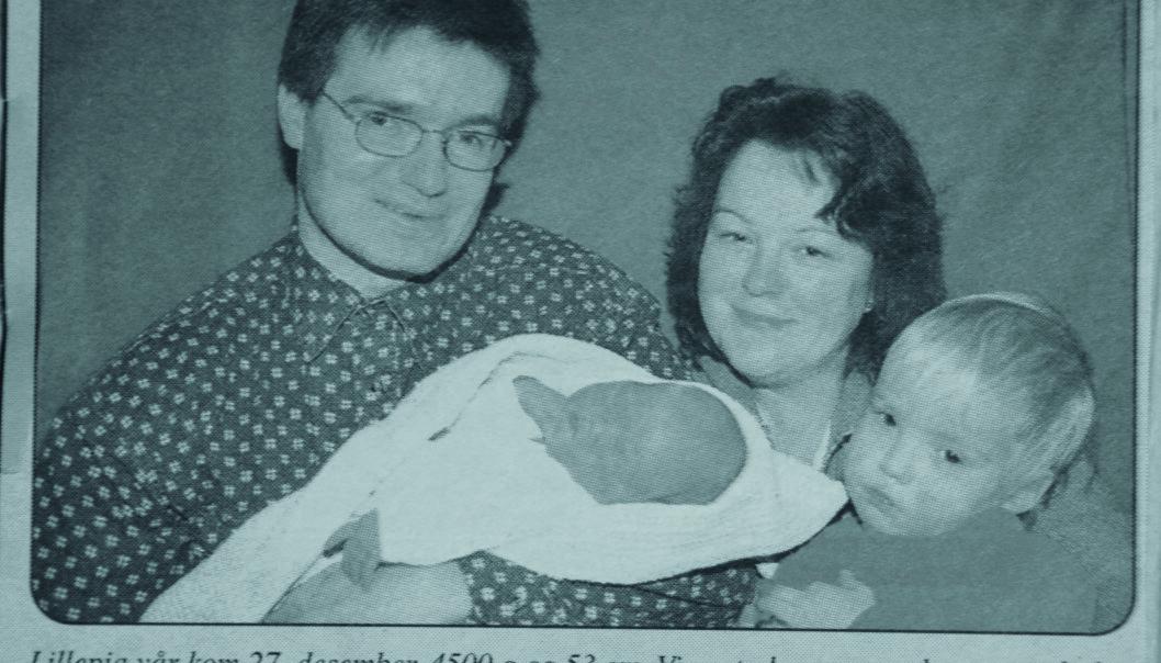 27. desember 1997 ble lille Alicia født. Her er hun avbildet i lokalavisa sammen med mamma, pappa og storebror.