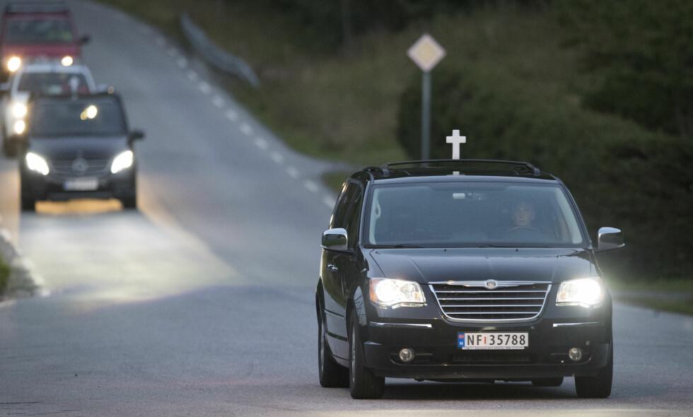 DØDE: Fem personer døde da en veteranbil krasjet i en fjellvegg på vei ned fra Gaustadtoppen mor Rjukan søndag. De omkomne ble hentet ut av bårebil. Foto: Terje Pedersen / NTB scanpix