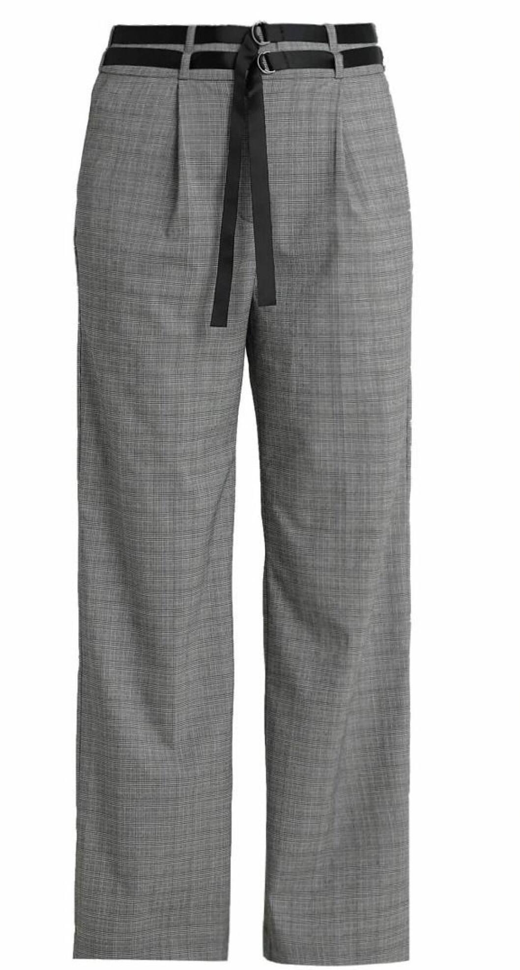 Bukse fra Kiomi  500,-  https://www.zalando.no/kiomi-bukser-blackwhite-k4421a03d-q11.html