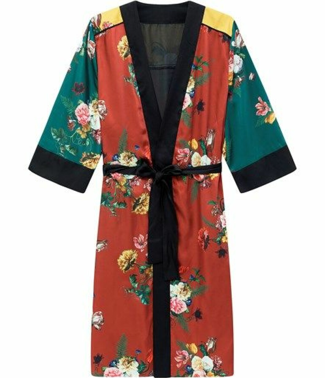 Kimono fra Kappahl  500,-  https://www.kappahl.com/nn-no/dame/kimono/blomstrete-kimono/528729